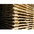 Executam paleti din lemn la comanda